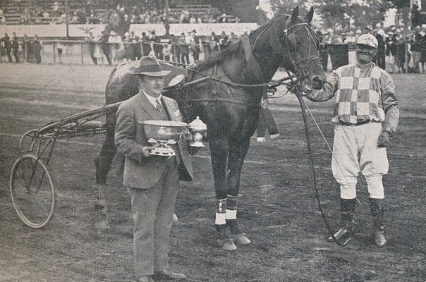 Maro efter sejren i Indlænderpokalen flankeret af sin ejer, F.W. Jensen og Olof Månsson